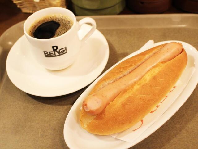 職人が手作りしているというパンとソーセージを使ったベルクドッグ=BERG