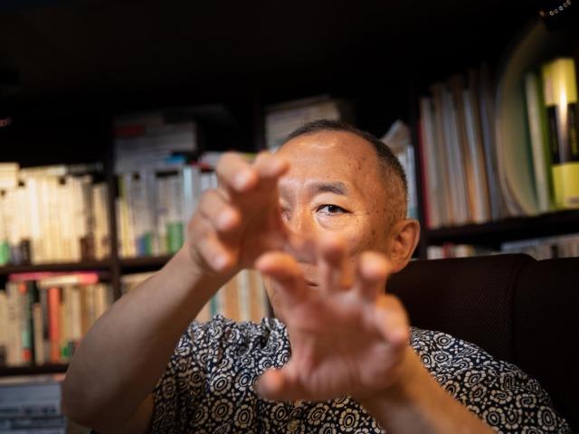 インタビューに答える松原隆一郎さん