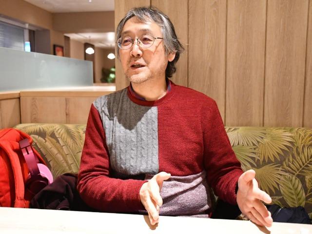 インタビューに答える漫画家の田中圭一さん