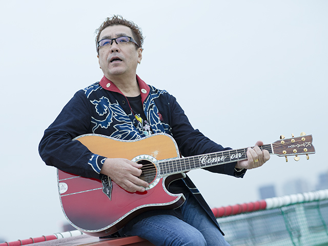 ギターを弾き歌う、シンガー・ソングライターの嘉門タツオさん(撮影・時津剛)