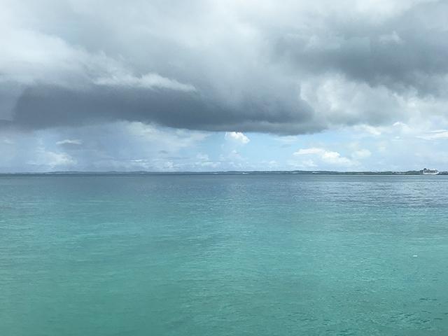 沖縄の海と空。常に晴れているわけではない