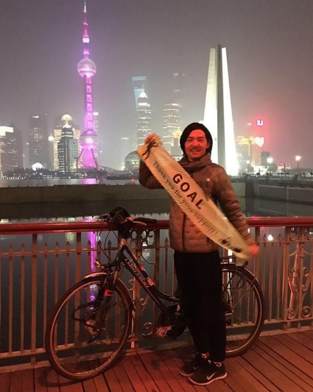 ユーラシア大陸横断を達成!ゴールの上海にて、愛車と