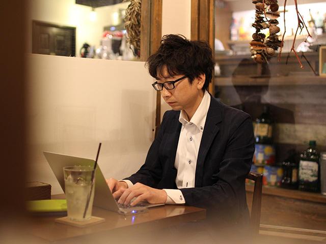 平日の夜、仕事を終えた後にカフェなどで執筆することが多い。