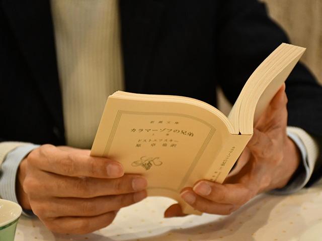 カラマーゾフの兄弟を読む頭木弘樹さんの手