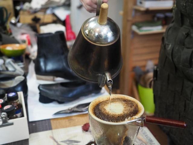 『かわごし』の店主・川越一之さんが入れるコーヒー