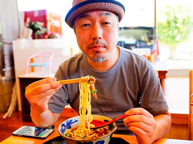 沖縄そばのルーツといわれる「唐人そば」を食べる筆者