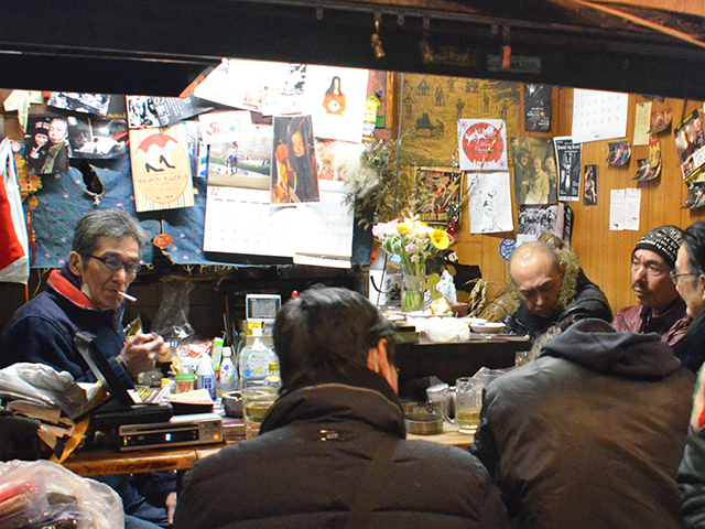 「みっちゃん」こと仁尾貢さん(左)=2017年12月30日、吉野太一郎撮影