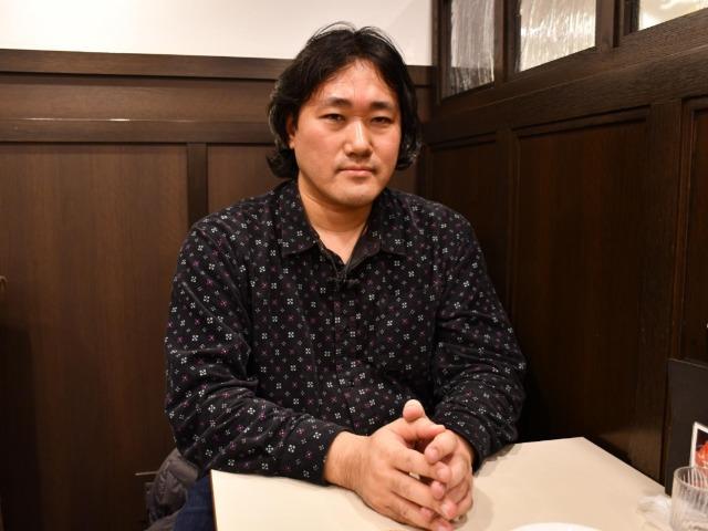 インタビューに答えるフリーライターの赤木智弘さん