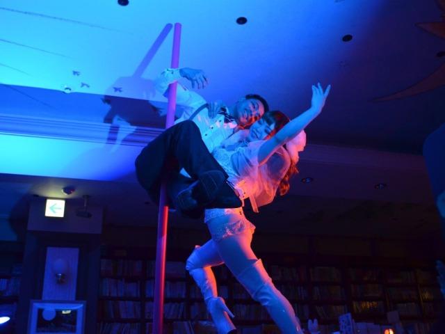 東京・神保町の本屋でポールダンスを披露するHidekiさん