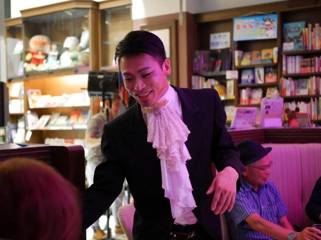 ショーが終わった後、観客の一人ひとりにあいさつするHidekiさん