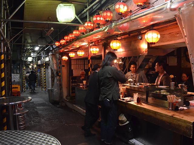 飲食店や食品店が並んでいた下北沢駅前食品市場=2017年4月10日、吉野太一郎撮影