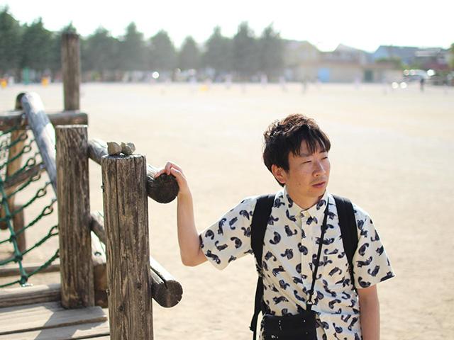 共同通信社の記者を務める蒔田浩平さん(39)。初めての児童書『チギータ!』をポプラ社から出版した。