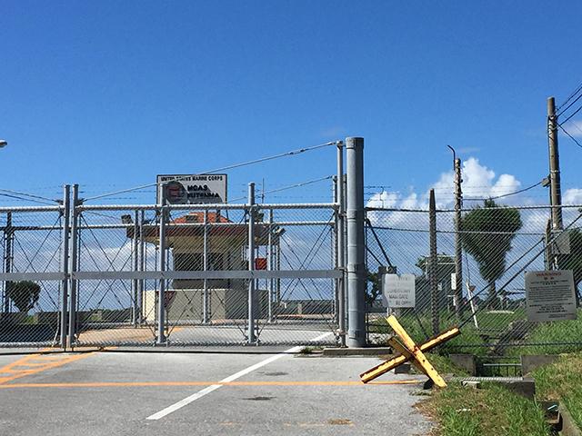 移転問題で揺れる沖縄・普天間飛行場のゲート