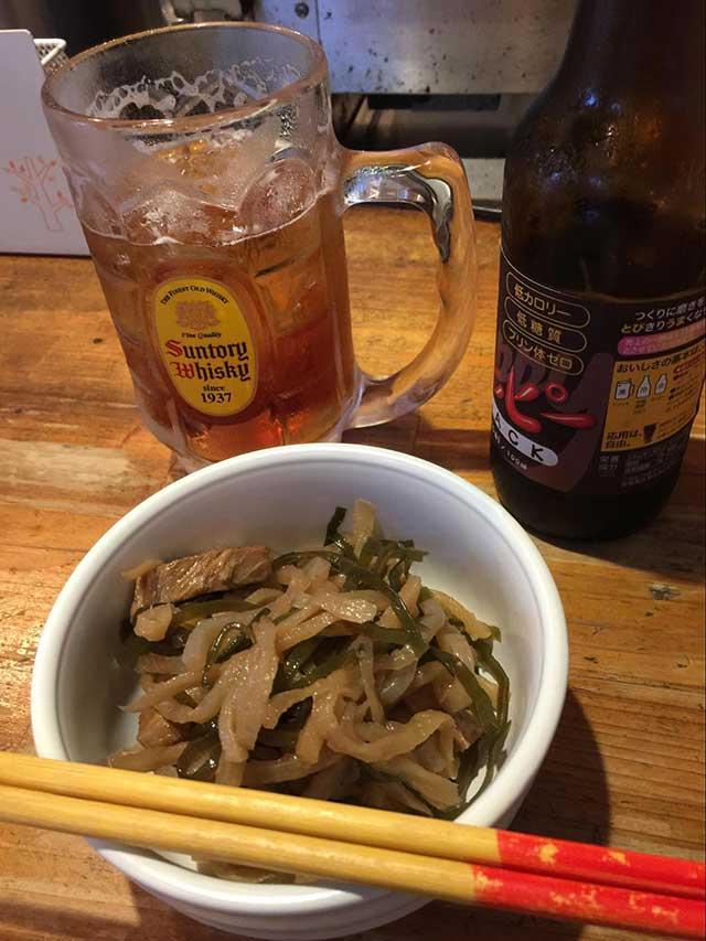味も雰囲気も名店の「串豚」。こちらは沖縄伝統料理のクーブイリチー(昆布炒め)