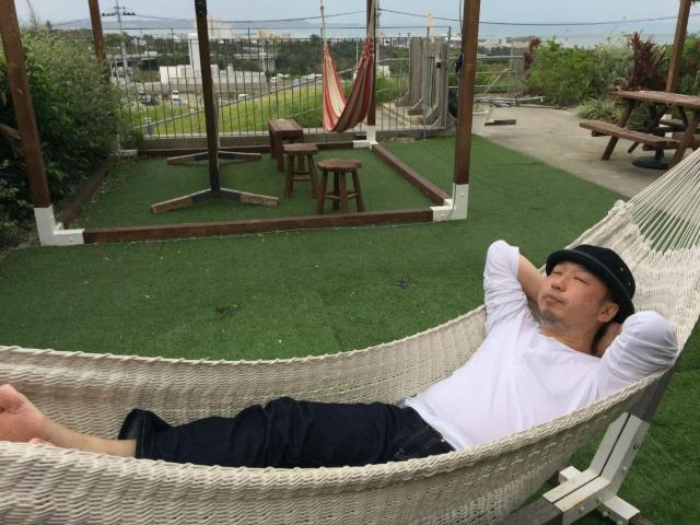 沖縄のショッピングモールのカフェで昼寝する筆者