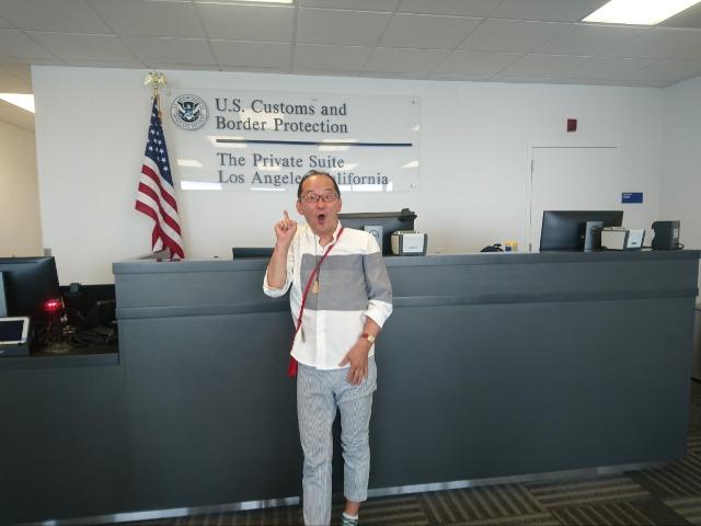 ロサンゼルス国際空港の専用の税関前にて。「The Private Suite」利用の人だけ受けられるサービスです。