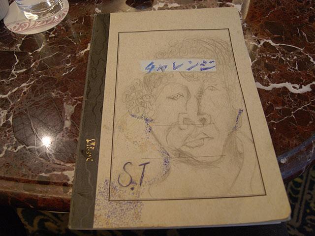 英語の勉強ノートの表紙には、自ら描いた似顔絵が。