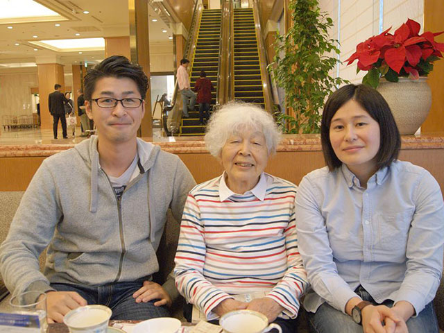 高見澤さんと二人の孫。涼さん(左)と夏子さん(右)