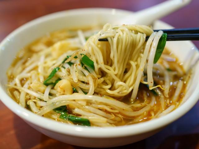 麺はつるっとした食感。鶏ガラと豚骨がベースのスープも旨い