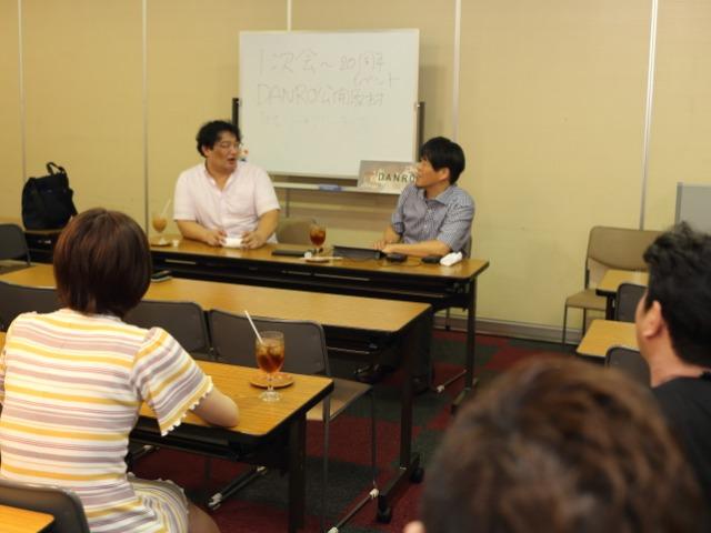 渋井さんの20周年を祝うイベントで、「公開取材」のかたちでインタビューした(右は前半の質問を担当したDANROの亀松太郎編集長)