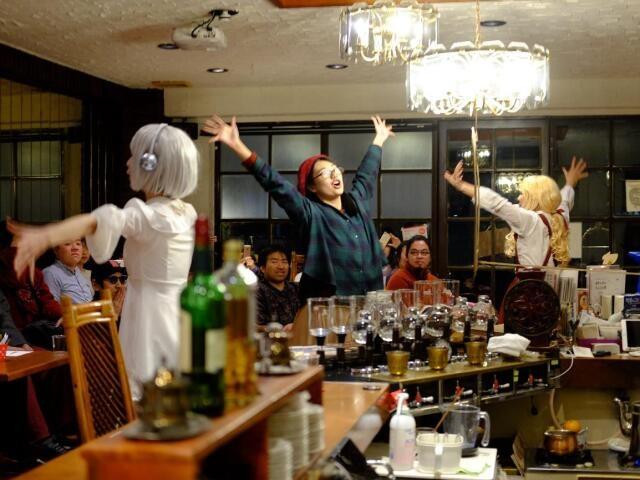 喫茶フィガロの店内で芝居する3人