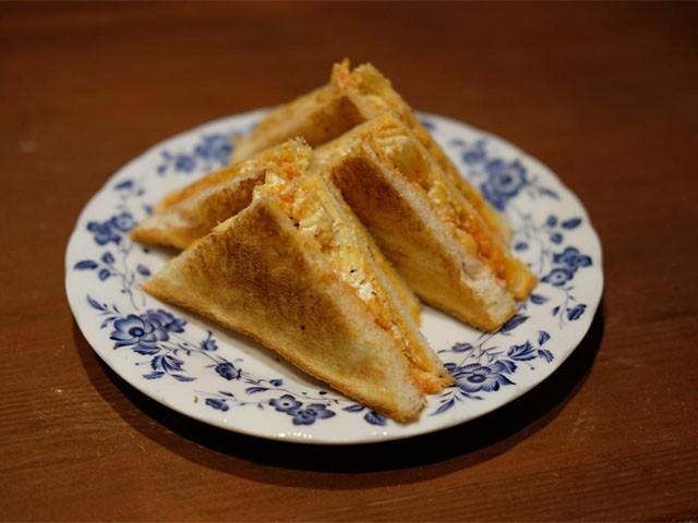 アイルランドでは定番だというポテトチップスをはさんだトーストサンドウイッチ「クリスプサンド」