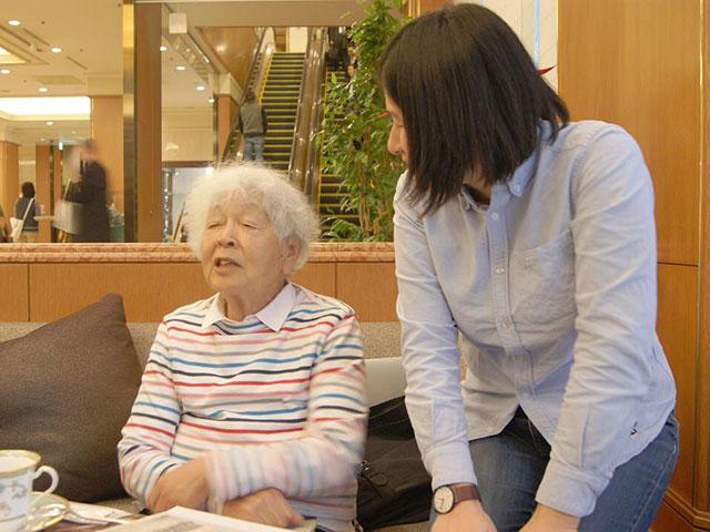 孫の夏子さんと一緒に取材に応じる高見澤さん