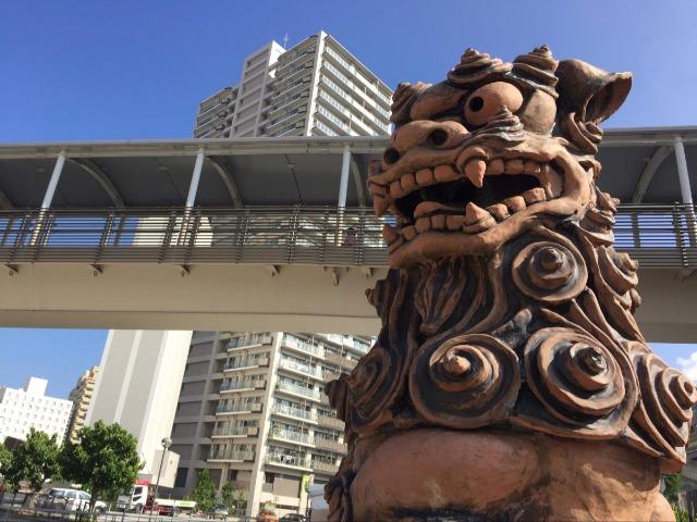 沖縄・那覇の蔡温橋のたもとにある巨大シーサー