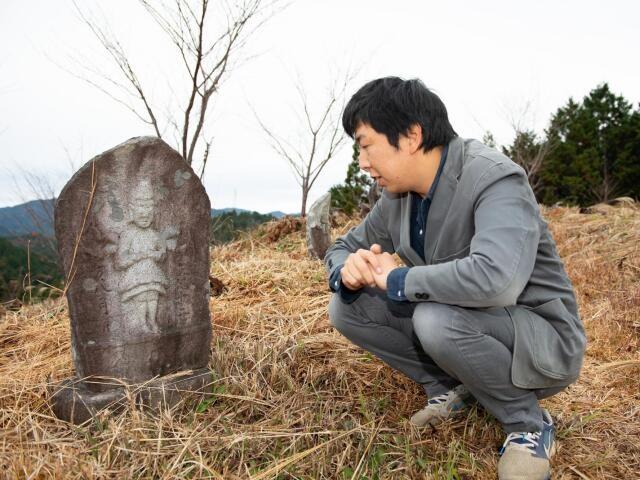 町内にある「石仏公苑」で、お気に入りの石仏を見つめる石井さん