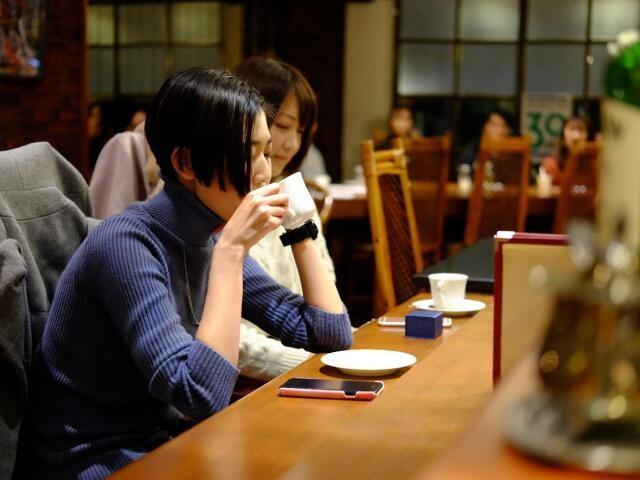 カウンターにいる女性は、実は俳優。ふたりの会話劇を客は背中越しに見聞きしている