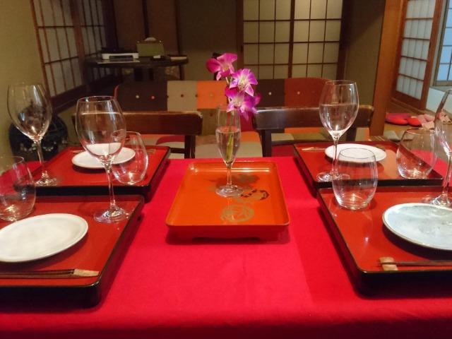 物置だったお部屋もこのとおり、いただきもので和風ダイニングに。(箸は奥出雲100年煤竹箸、明治時代の輪島塗お膳と江月窯の萩焼皿など)