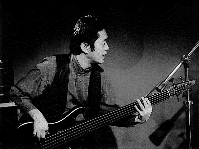 ベースを弾く山口タケシさん