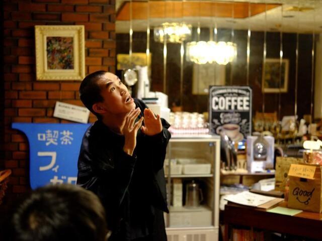 喫茶フィガロの店内で芝居をする人