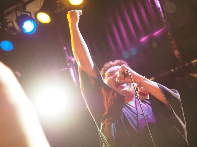 玉岡マサノブさんはライブハウスやクラブに着流し姿で登場する