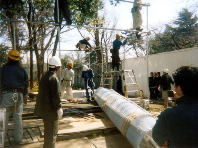 大学の雇った解体業者が「テント村」を解体しているところ(西優さん提供)
