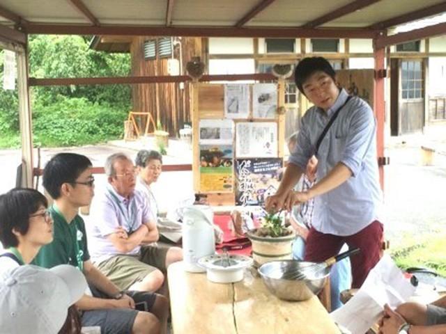 城跡で戦国時代のお茶の楽しみ方を再現するイベントの様子(石井さん提供)