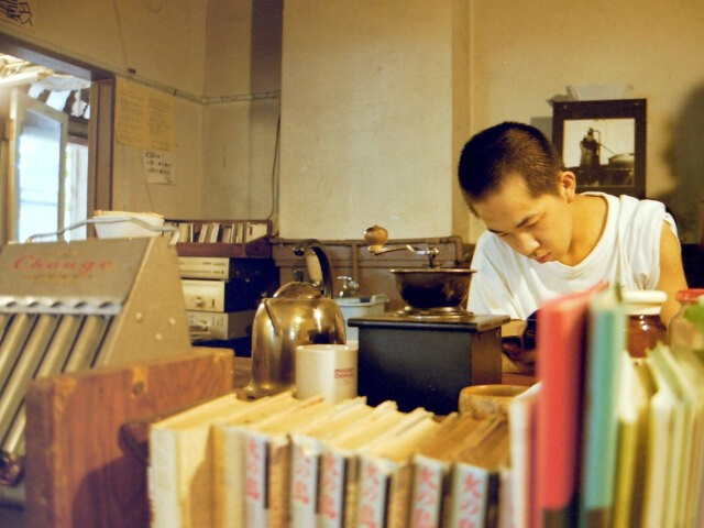 東大駒場寮内のカフェ(「テント村」のカフェとは別のもの)で働く原田元気さん(2001年5月)