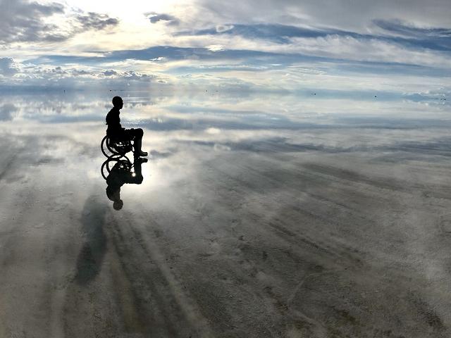 神秘的な風景で有名なボリビアの「ウユニ塩湖」を車いすで進む三代達也さん(提供:三代達也さん)