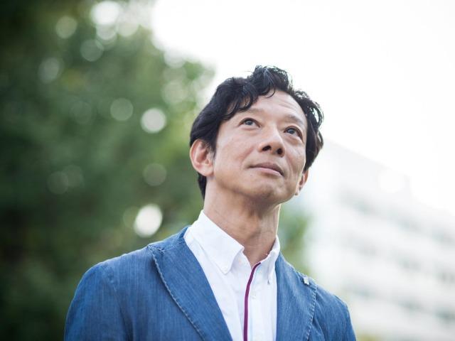 見上げる柳瀬博一さん(撮影・斎藤大輔)