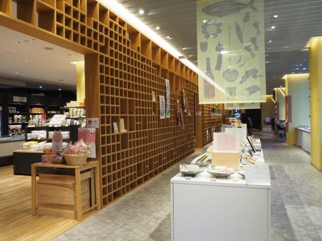 店内には様々な富山土産も(日本橋とやま館)