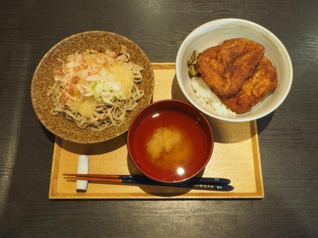 おろしそば&ソースカツ丼のハーフ&ハーフ「まん福セット」(税込み1220円)
