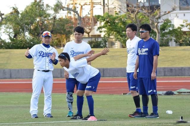 選手に指導する塚本さん