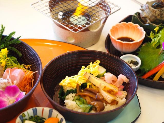 左から、刺身、花ちらし寿司、炙り海鮮