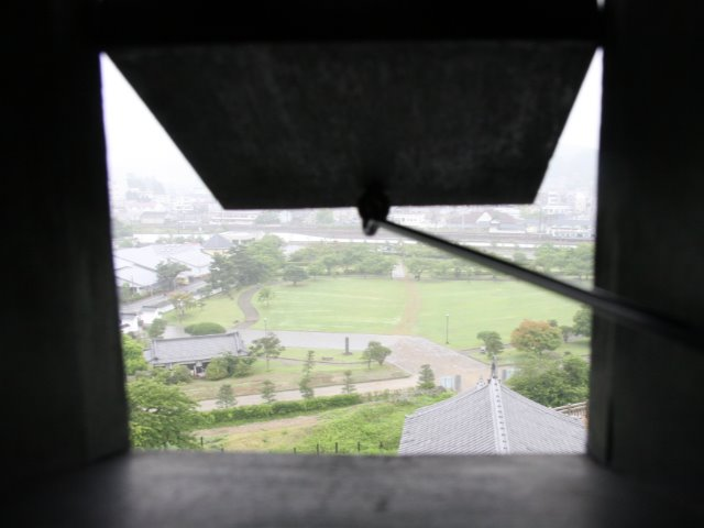 三重櫓の「狭間」から覗いた城山公園の様子