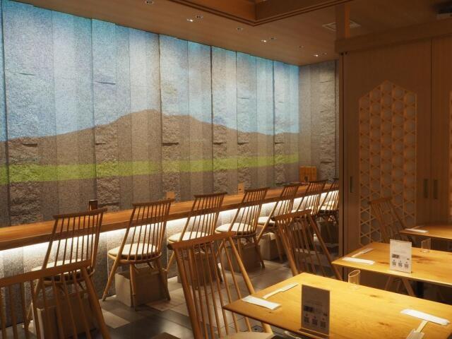 レストランのカウンター前には県内の観光名所が映し出される(IBARAKI sense)