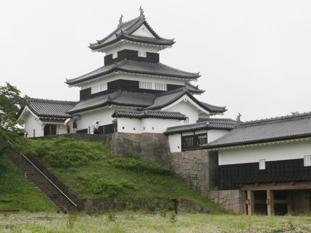 本丸御殿跡から見た三重櫓