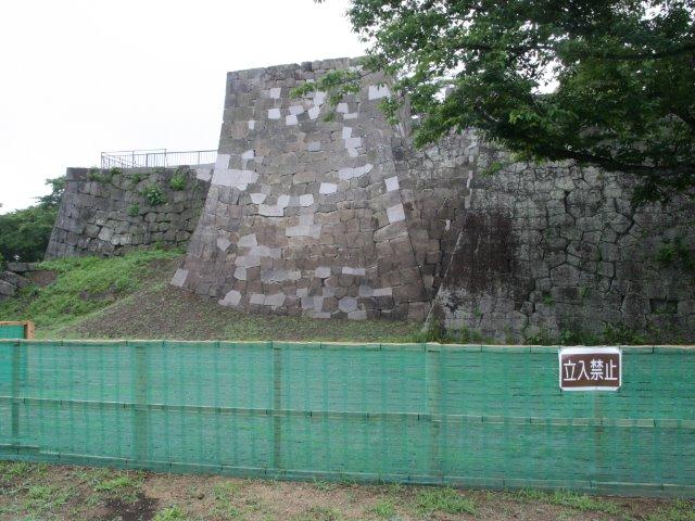 石垣修復中で立入禁止となっている本丸の一部