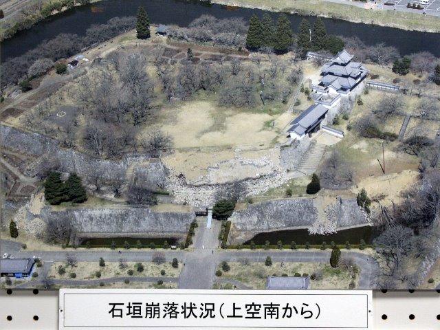東日本大震災時の被災状況を写したパネル(白河集古苑にて撮影)