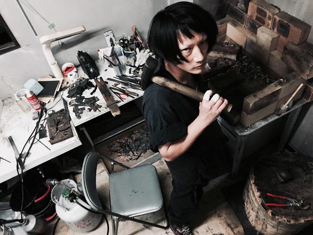 ボロボロのソファで眠る孤高の現代美術家MANJI「俺は最前線まで突っ走る」