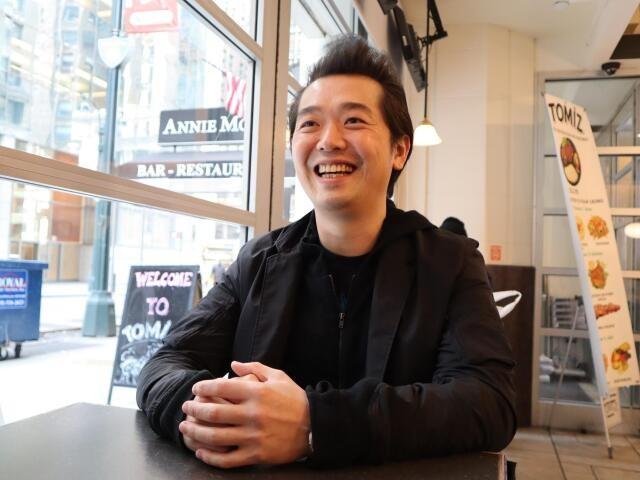 微笑む佐藤正明さん(撮影・田中真太郎)